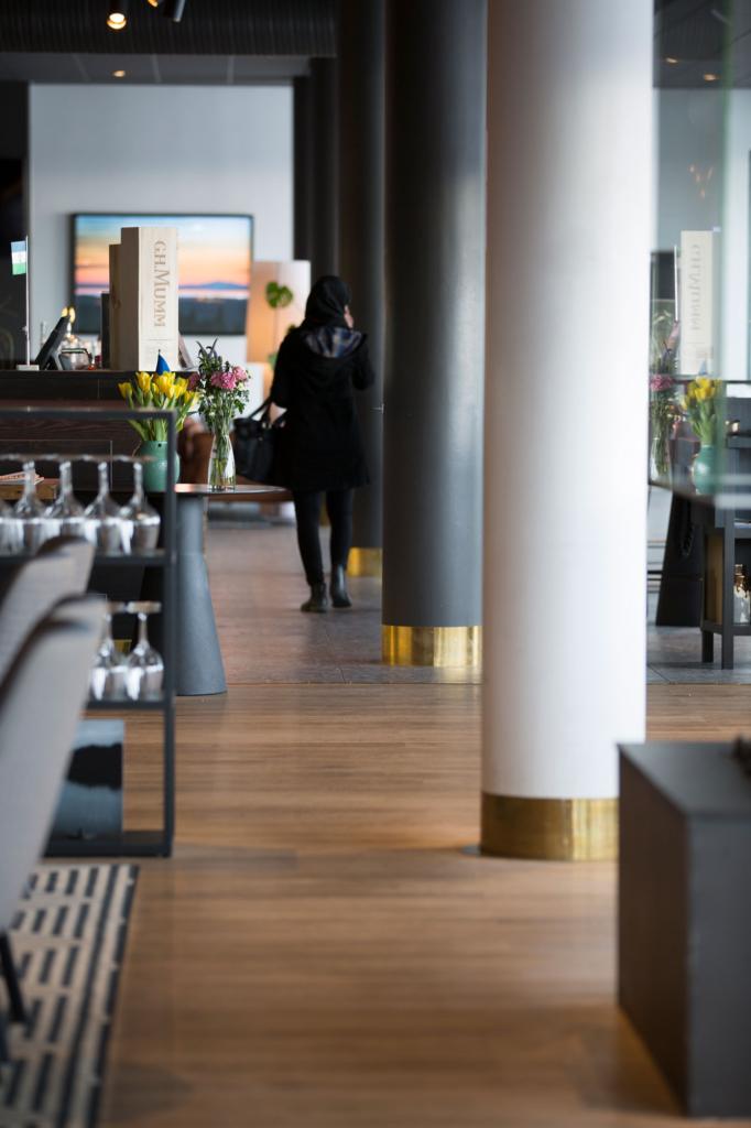 Till pelarna i restaurang och reception har Nordsamverk tillverkat påkörningsskydd i mässing.