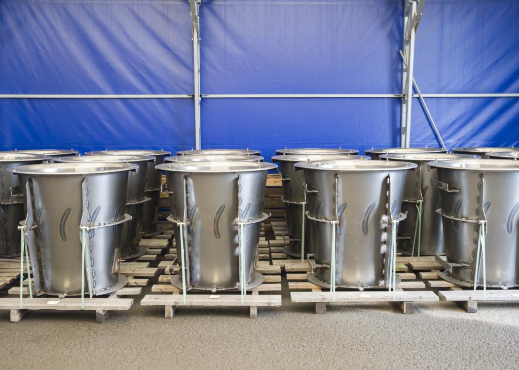 Färdiga trummor som skall skickas vidare till lackering.